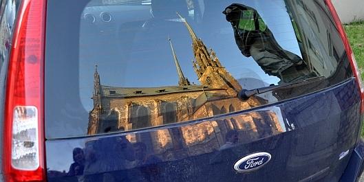 Kostel v odrazu skla automobilu / foto: IMA