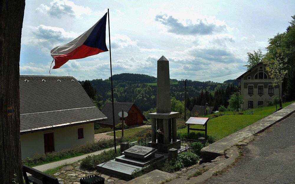 První světová válka - česká vlajka u pomníku padlým / foto: -IMA-