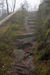 Schody ve skále na vrchol Vintířovy skály - Březníku / foto -IMA-