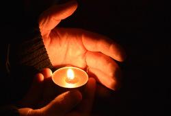 svíce v ruce, tma, plamen / -ima-